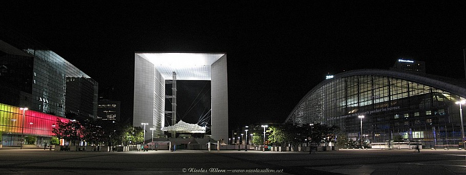 La Défense, le Parvis, les Quatre Temps, le CNIT et la Grande Arche de nuit